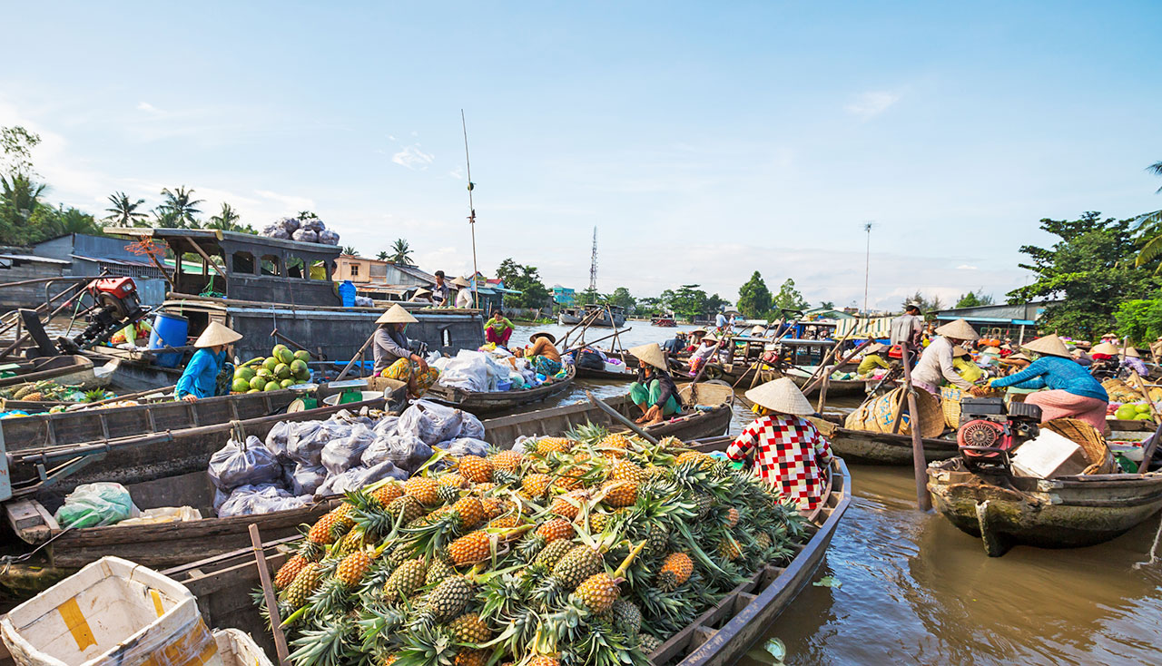 A shot of the floating market (Source: Baolau Travel Website)